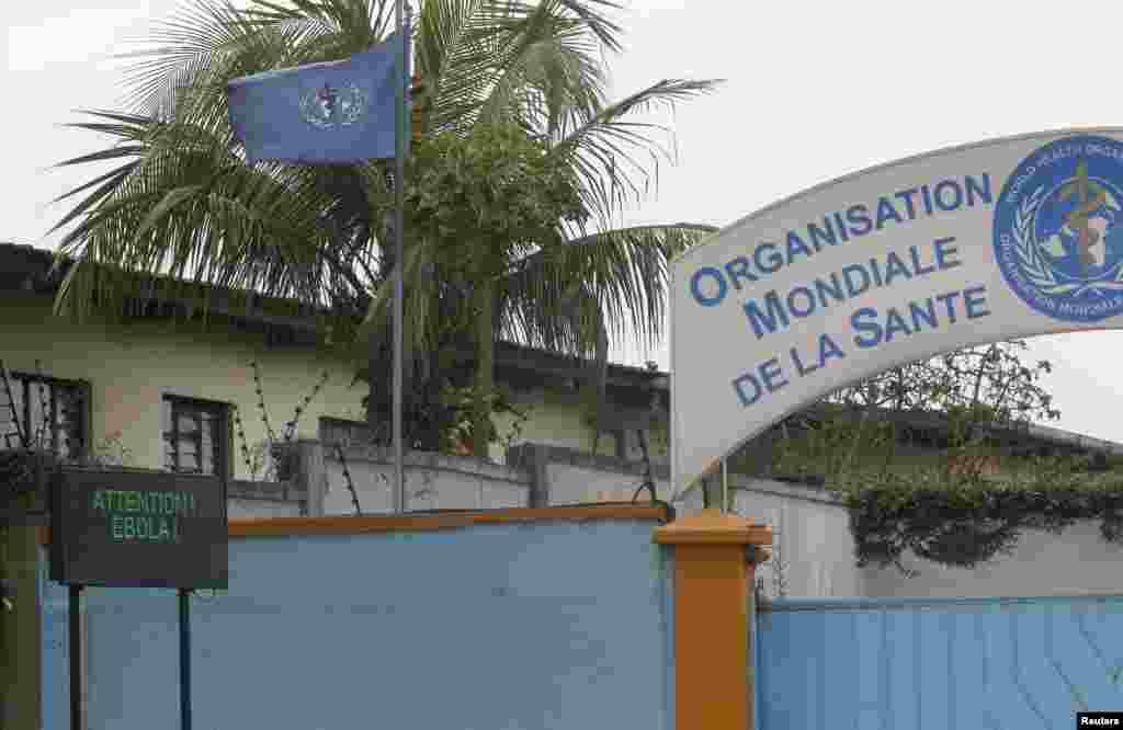 Papan bertuliskan peringatan mengenai Ebola terlihat di luar kantor Badan Kesehatan Dunia (WHO) di Abidjan, Pantai Gading (15/8). (Reuters/Luc Gnago)