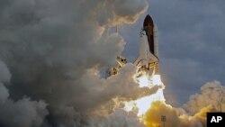 ຍານ Endeavour ພວມພຸ່ງຂຶ້ນຈາກແຫຼມ Canaveral ໃນລັດຟລໍຣິດາ (16 ພຶດສະພາ 2011)