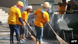 城市工人清理泰国曼谷反政府抗议场地