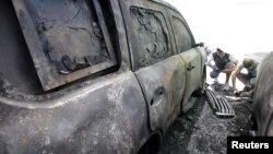 Kendaraan milik Organisasi Keamanan dan Kerjasama Eropa (OSCE) yang dibakar di Donetsk, Ukraina (9/8). (Reuters/Alexander Ermochenko)