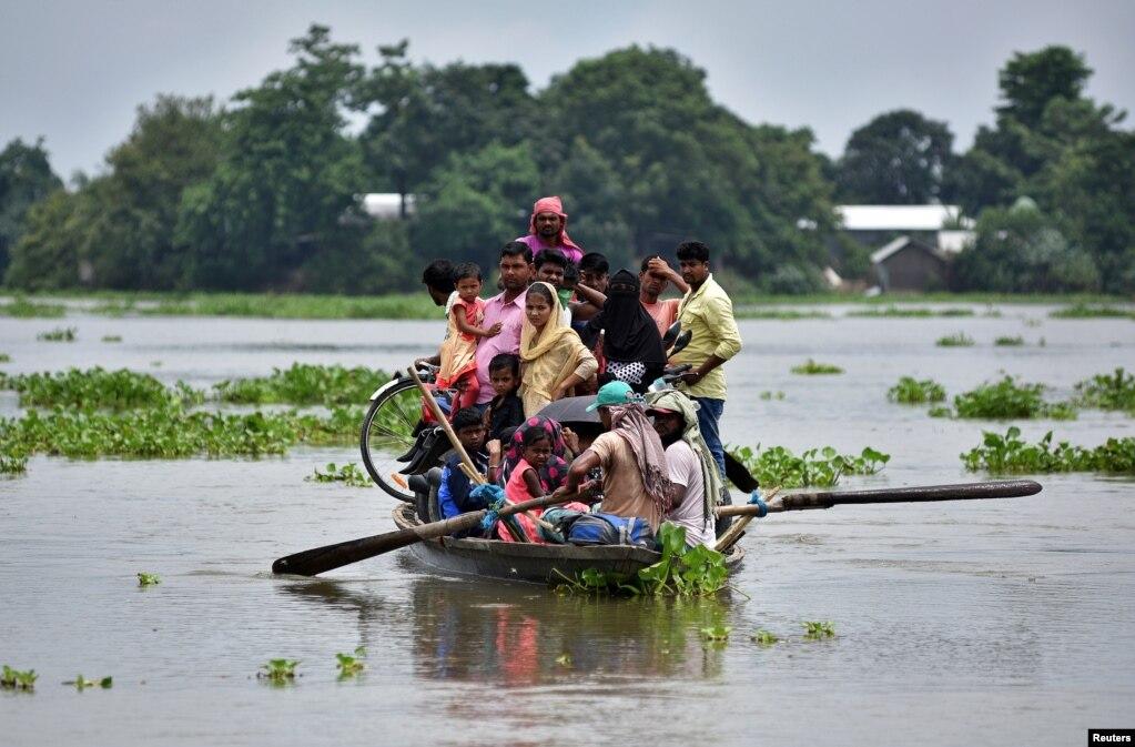 Hindistanın şimalında Assam ştatında sellərə məruz qalmış kəndlərin sakinləri qayıqlar vasitəsilə hərəkət edir.