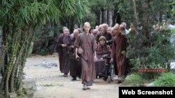 Thiền sư Thích Nhất Hạnh rời chùa Từ Hiếu đi Thái Lan hôm 28/11/2019. Photo Giac Ngo