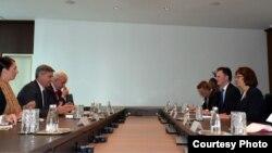 Ambasador Nathan Sales i Ambasadorica Maureen Cormack prilikom sastanka sa Predsjedavajućim Vijeća ministara BiH Denisom Zvizdićem 15.10.2018.