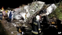 7月23日晚,复兴航空GE222民航班机在澎湖迫降坠毁,搜救人员在现场抢救