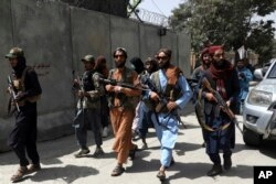 Pejuang Taliban berpatroli di lingkungan Wazir Akbar Khan, Kabul, Afghanistan, Rabu, 18 Agustus 2021.