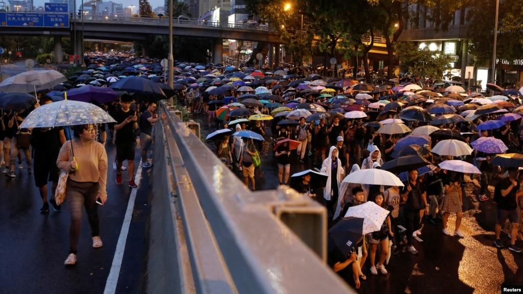 成千上万的香港民众2019年8月18日冒雨参加反送中游行。