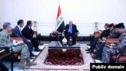 Bộ trưởng Quốc phòng Mỹ Ashton Carter (ngồi đầu bên trái) hội đàm với Thủ tướng Iraq Haider al-Abadi ở Baghdad hôm 16/12.