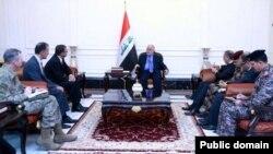 16일 이라크 수도 바그다드를 방문한 애슈턴 카터 미국 국방장관(왼쪽 세번째)이 하이데르 알아바디 이라크 총리(가운데)를 면담했다.
