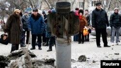 10일 우크라이나 동부 크라마토르스크 지역에서 주민들이 로켓포가 떨어진 자리를 바라보고 있다.