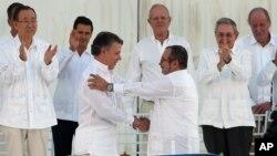 خوزه مانوئل سانتوس، رئیس جمهوری کلمبیا(سمت چپ) و ریکاردو لندونو، رهبر جنبش فارک