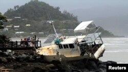 Thuyền bị giạt lên đá vào Airlie Beach ở đông nam thành phố Townsville ở Queensland.