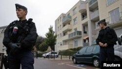 Penjaga keamanan Perancis memperketat keamanan di wilayah Torcy, dekat Paris (Foto: dok). Polisi Perancis telah menahan enam orang di Paris yang dicurigai merencanakan serangan teroris di Perancis, Senin (24/6).