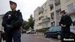 法国宪兵守卫在在进行突击恐怖搜查的车库入口处