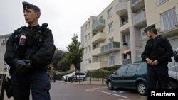 Polisi Perancis berjaga di depan pintu masuk sebuah garasi parkir di Torcy, kawasan pingiran Paris (10/10).