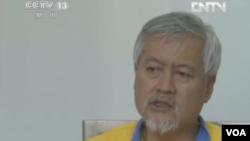 中國官媒將穿號衣的薛蠻子直面在電視上露臉示眾(電視截屏)