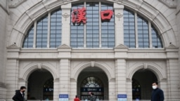 2020年1月23日,行人走过被关闭的武汉火车站。(路透社)