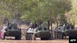 Xe thiết giáp của Campuchia gần khu vực biên giới tranh chấp giữa Campuchia và Thái Lan