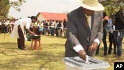 Le président sortant Yoweri Museveni, au pouvoir depuis 30 ans, a voté à Rushere, dans le district de Kiruhura à près de 400 kms de Kampala, Ouganda, 18 février 2016
