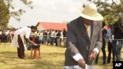 Le président sortant Yoweri Museveni, au pouvoir depuis 30 ans, a voté à Rushere, dans le district de Kiruhura à près de 400 kms de Kampala, en Ouganda, le 18 février 2016.
