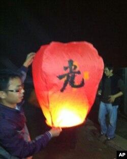 要有光! 探访者在临沂凤凰广场放孔明灯