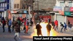 سری نگر میں کشمیری نوجوان پولیس پر پتھراؤ کر رہے ہیں۔ فائل فوٹو