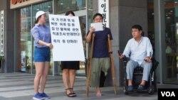 대북인권단체인 '나우'의 지성호 대표(왼쪽에서 세번째)가 30일 국가인권위원회 앞에서 기자회견을 열고, 식당 여종업원 집단 탈북 문제와 관련한 국가인권위원회의 직권조사에 반대한다고 밝혔다.