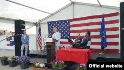 Ambasador SAD na Kosovu Greg Delavi