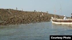Zalzala Jazeera (Earthquake Island) in Pakistan, Nov. 22, 2013 (WWF's Abdul Rahim for VOA).