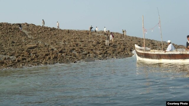 Zalzala Jazeera (Earthquake Island) in Pakistan, Nov. 22, 2013 (WWF's Abdul Rahim for VOA).