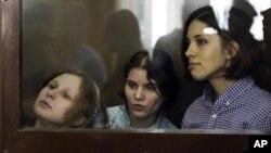 Dari kiri, Maria Alyokhina, Yekaterina Samutsevich, Nadezhda Tolokonnikova, anggota kelompok musik punk Band Pussy Riot didakwa mengecam Presiden Valdimir Putin (30/7).