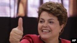 巴西新选出的女总统罗塞夫周日在投票后的姿态