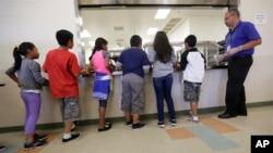 Los niños inmigrantes detenidos hacen fila en la cafetería del Centro Residencial del Condado de Karnes. Foto de archivo.