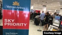 Hành khách của chuyến bay của Vietnam Airlines từ Sydney về Sài Gòn. (Ảnh: Bùi Văn Phú)