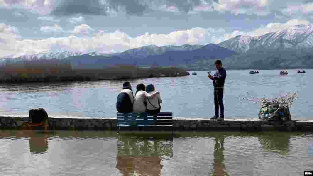 دریاچه زریبار در شهر مریوان در استان کردستان، بعد از چند روز بارندگی میزبان مهمانان نوروزی بود. عکس از بهمن شهبازی، ایرنا