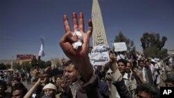 خۆپـیشـاندهرێـکی یهمهنی دژه حکومهت له سهنعای پایتهخت دهسـتی خۆی نیشـانی میدیاکان دهکات که چۆن برینداریان کردووه، شهممه 19 ی دووی 2011
