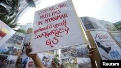 25일 말레이시아에 거주하는 버마인 이슬람 교도가 버마 내 무슬림 살상에 항의하고 있다.