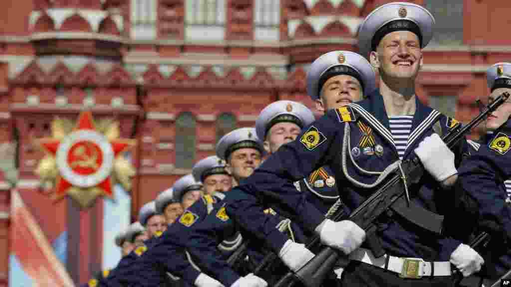Des soldats russes défilent lors du défilé sur la Place Rouge à Moscou, le 9 mai 2016.