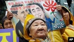 ແມ່ເຖົ້າຄົນໜຶ່ງ ທີ່ເຄີຍເປັນ ນາງບຳເລີ ຊື່ Kil Un-ock, ຖືກບັງຂັບໃຫ້ເປັນຂ້າທາດທາງເພດ ໃຫ້ແກ່ພວກທະຫານ ຍີ່ປຸ່ນ ໃນປາງສົງຄາມໂລກຄັ້ງທີສອງ, ເຂົ້າຮ່ວມການໂຮມຊຸມນຸມ ປະທ້ວງ ການໄປຢ້ຽມຢາມ ສະຫະລັດ ຂອງນາຍົກລັດຖະມົນຕີ ຍີ່ປຸ່ນ ທ່ານ Shinzo Abe, ຢູ່ນອກສະຖານທູດ ຍີ່ປຸ່ນ ໃນນະຄອນຫຼວງ Seoul.