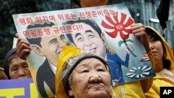 "Mantan ""perempuan penghibur"" Kil Un-ock yang dipaksa melayani pasukan Jepang sebagai budak seks pada Perang Dunia II, mengikuti protes menentang kunjungan Perdana Menteri Jepang, Shinzo Abe, ke AS, di depan Kedutaan Besar Jepang di Seoul, Korea Selatan."