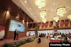 Kepala BNPB Doni Monardo memberikan sambutan dalam Rapat Koordinasi Penanganan Darurat, Bencana Banjir Bandang, Tanah Longsor dan Angin Puting Beliung di ruang serbaguna Dr. Sutopo Purwo Nugroho, Graha BNPB, Jakarta, Selasa (17/12). (Foto: Humas BNPB)