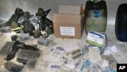 Tokom ture koju je organizovala sirijska vlada vide se kanisteri i drugi materijali koje je sirijska vojska otkrila u jednom skrovištu pobunjenika
