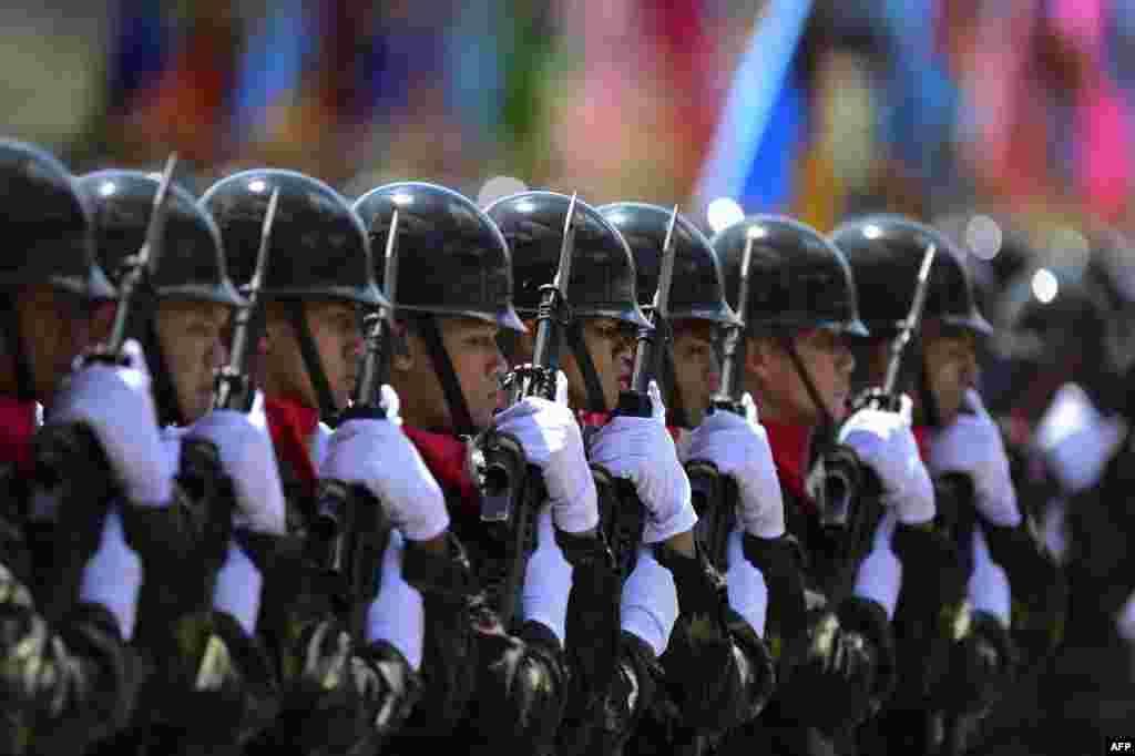 ادای احترام گارد ویژه ارتش تایلند در یک مراسم رسمی.
