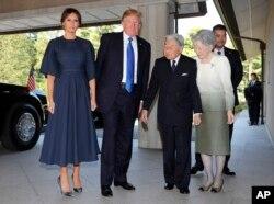 El presidente de EE.UU. Donald Trump y la primera dama Melania Trump saludan al emperador Akihito de Japón y la emperatriz Michiko, durante una visita para presentar sus respetos. Nov. 6,2017.