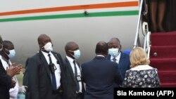 Le Premier ministre ivoirien Amadou Gon Coulibaly accueilli par le Président Alassane Ouattara à l'aéroport Félix Houphouët-Boigny d'Abdijan le 2 juillet 2020. (Photo by SIA KAMBOU / AFP)