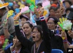 Những người biểu tình chống chính phủ trong cuộc xuống đường phản đối dự luật ân xá tại tượng đài dân chủ ở Bangkok, Thái Lan