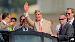 케리 장관이 콜롬보에 도착해 손을 흔들고 있다.