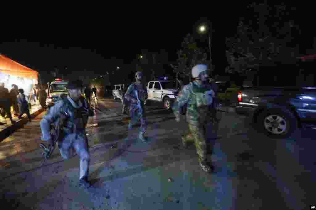 افغانستان کے دارالحکومت کابل میں امریکن یونیورسٹی پر ہوئے حملے میں کم از کم 12 افراد ہلاک ہو گئے۔