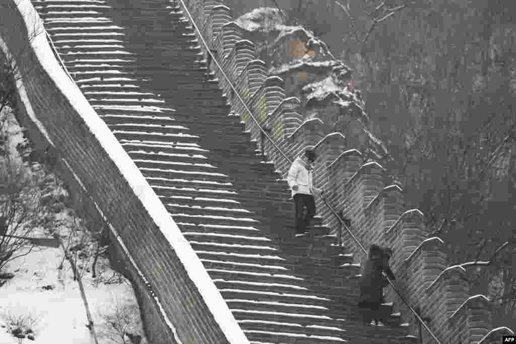 کچھ لوگ شوق شوق میں دیوار چین کی طویل اور بلند ترین سیڑھیاں تیزی سے چڑھتے اور اترتے رہے۔
