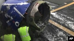调查人员检查美国西南航空公司出故障客机引擎