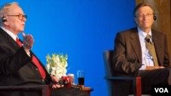 Investor Warren Buffett (kiri) dan Bill Gates berada di dua urutan teratas daftar 400 orang terkaya AS tahun ini.